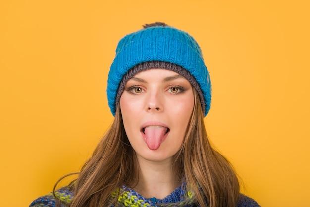 Frau in warmem hut zeigt zunge herbst kleidung winter outfit stimmung verschiedene emotionen emoticon set
