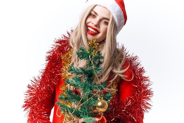 Frau in weihnachtsmütze weihnachtsbaum spielzeug dekoration urlaub