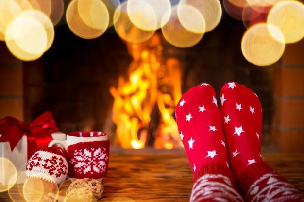 Frau in weihnachtssocken am kamin