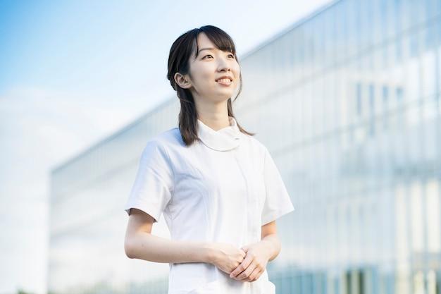 Frau in weißen kitteln (medizinisches bild von krankenschwestern, zahnarzthelfern, salons im allgemeinen usw.)