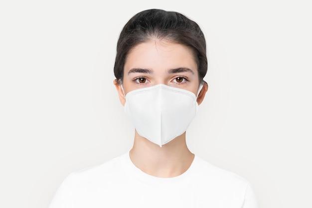 Frau in weißer basic-maske für covid-19-schutzkampagne