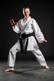Frau in weißer karateuniform