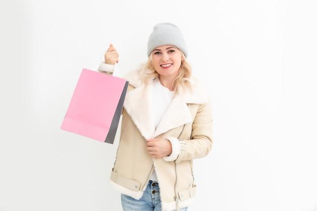 Frau in winterkleidung beim weihnachtseinkauf