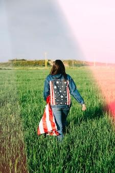 Frau in zufälliger amerikanischer kleidung