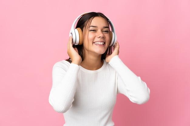 Frau isoliert auf blau hörende musik