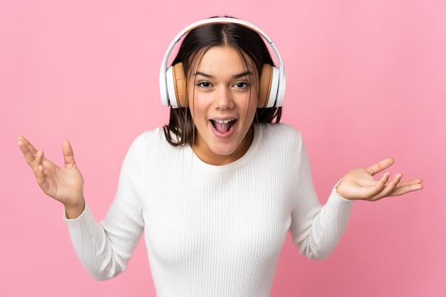 Frau isoliert auf blau überrascht und musik hören