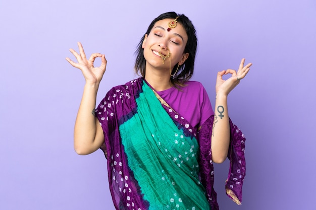 Frau isoliert auf lila in zen-pose