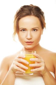 Frau isoliert schuss, der orangensaft trinkt
