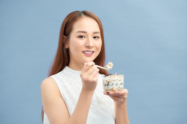 Frau isst gesunde ernährung