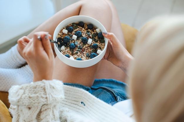 Frau isst getreide mit früchten gesunde lebensweise positive person gesunde ernährung draufsicht