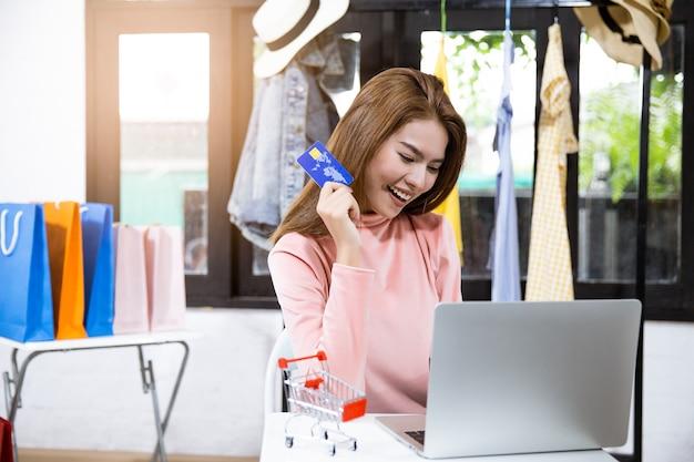 Frau ist die inhaberin des online-verkaufsgeschäfts.