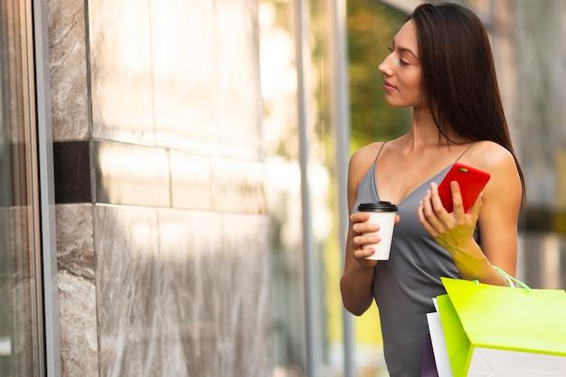 Frau kaffeepause von einkäufen