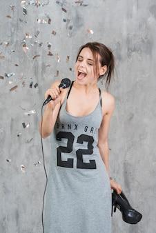 Frau karaoke singen
