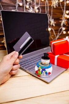 Frau kaufen geschenke, bereiten sich auf weihnachten, geschenkboxen und pakete vor