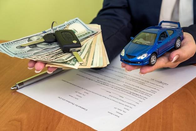 Frau kauft ein auto, das einen vertrag unterschreibt