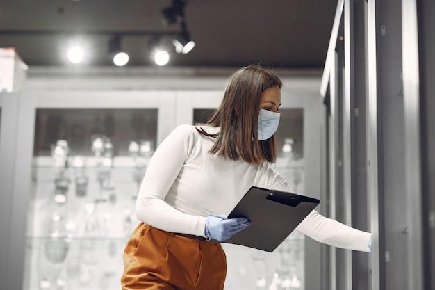 Frau kauft geschirr im laden