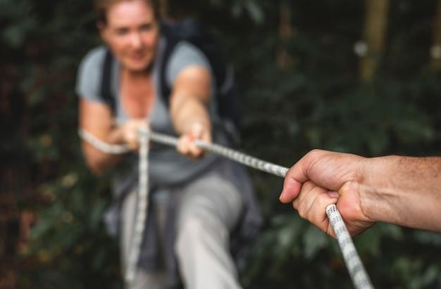 Frau klettert ein seil