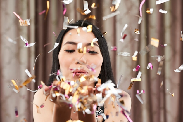 Frau konfetti ausblasen