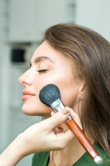 Frau kosmetik auftragen