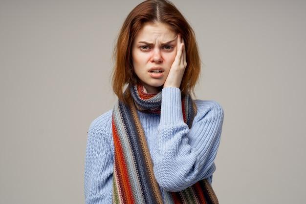 Frau krank auf grauem hintergrund und gesundheitsproblemen hals laufender nasenschal. hochwertiges foto