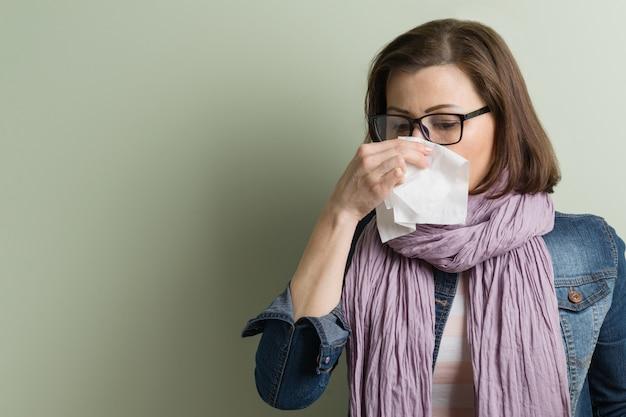 Frau krank mit taschentuch