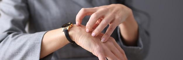 Frau kratzt sich die hand mit ihren nägeln neurotische manifestationen im frauenkonzept