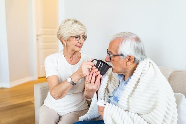 Frau kümmert sich um ihren kranken ehemann