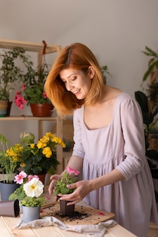 Frau kümmert sich um pflanzen mittlerer schuss