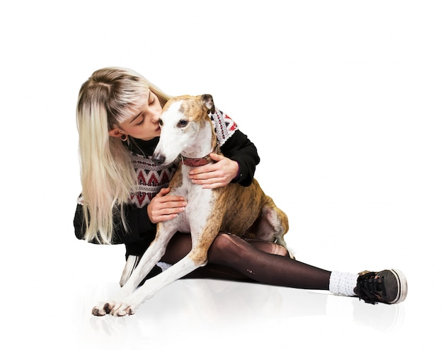 Frau küsst einen hund auf dem kopf