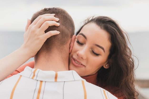 Frau küsst freund
