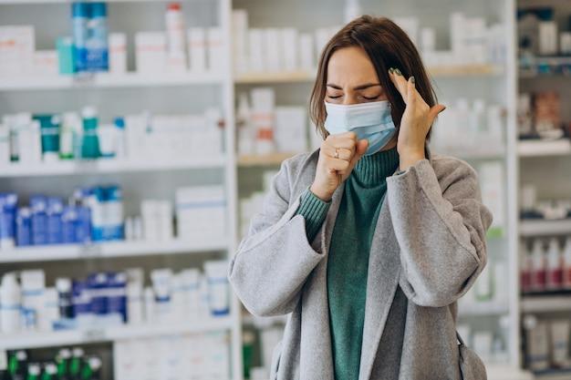 Frau kunde mit kopfschmerzen in der apotheke