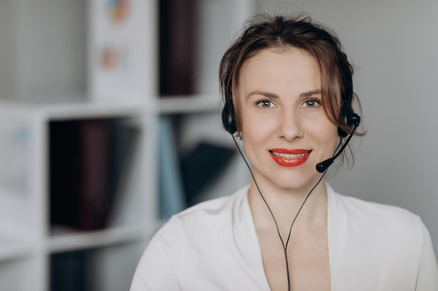 Frau kundenbetreuerin rezeptionistin tragen headset online-kunden konsultieren.