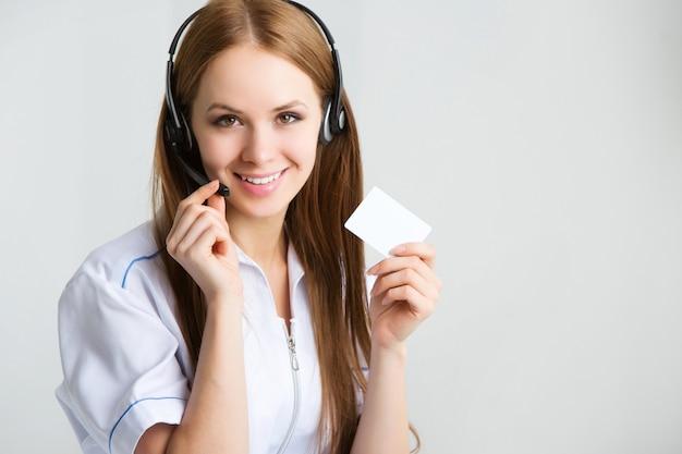 Frau kundendienstmitarbeiter, callcenter lächelnder betreiber mit telefon-headset