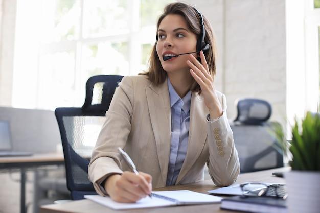 Frau kundensupport-betreiber mit headset und lächeln.