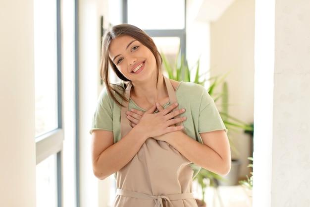 Frau lacht laut über einen lustigen witz, frau fühlt sich glücklich und fröhlich, hat spaß