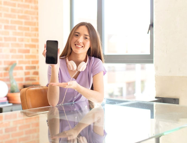 Frau lächelt fröhlich, frau fühlt sich glücklich und zeigt ein konzept im kopierraum mit der handfläche