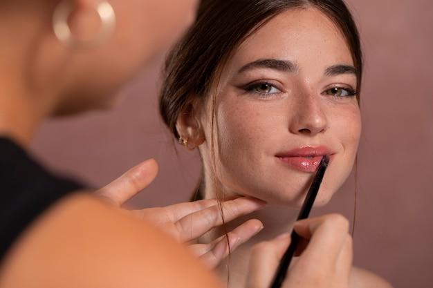 Frau lässt sich von einem profi schminken