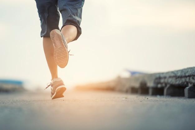 Frau läuft am morgen