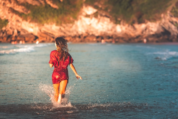 Frau läuft am strand von zarautz.