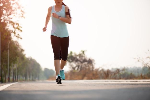 Frau läuft auf der straßenseite zu. schritt, aktivitätskonzept ausführen.