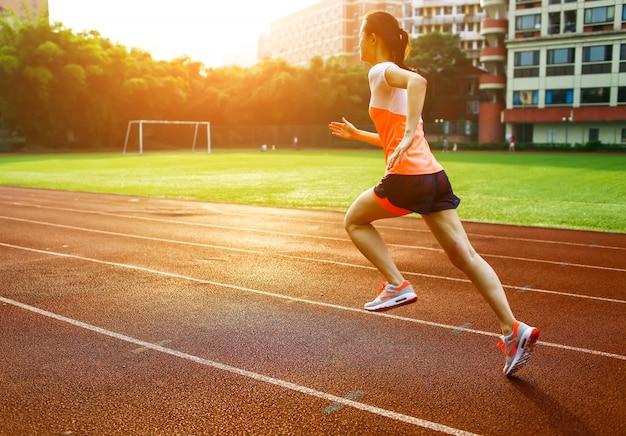 Frau läuft bei sonnenuntergang