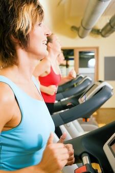 Frau läuft im fitnessstudio
