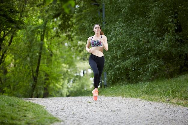 Frau läuft im park
