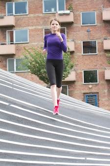 Frau läuft im superkilen park in kopenhagen