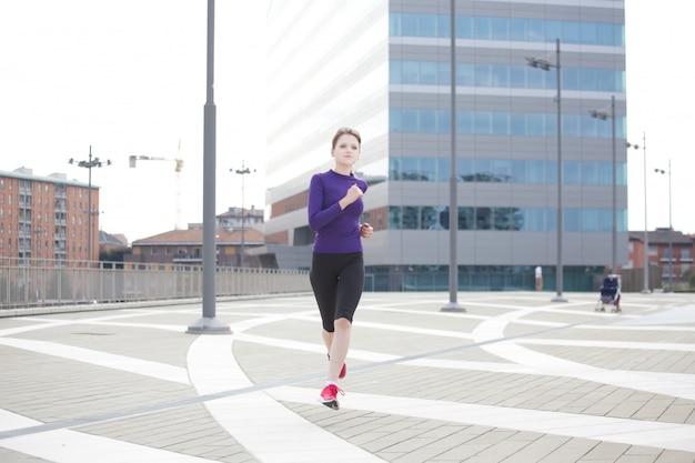 Frau läuft in mailand - italien