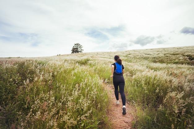 Frau läuft und joggt auf dem gras
