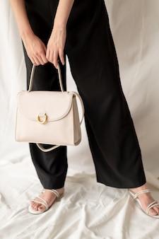 Frau leder modetasche