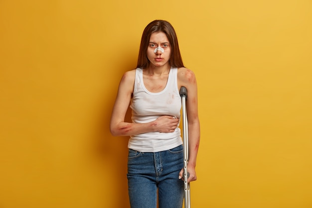 Frau leidet an einem unfall mit vielen wunden
