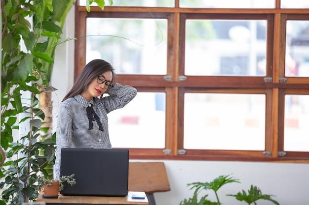 Frau leidet unter müdigkeit von der arbeit.