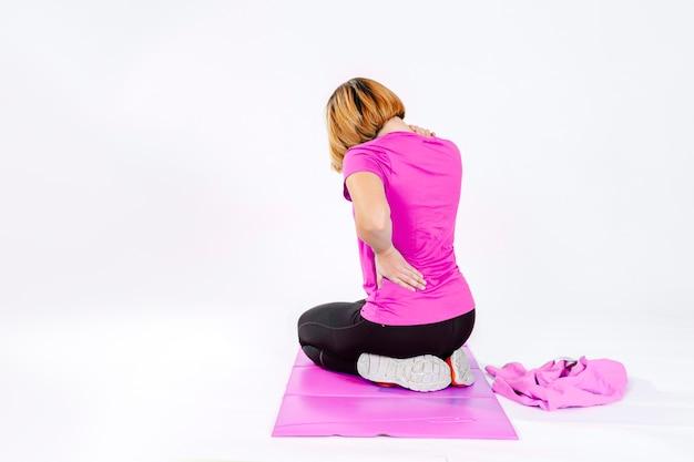 Frau leidet unter überanstrengten schmerzen